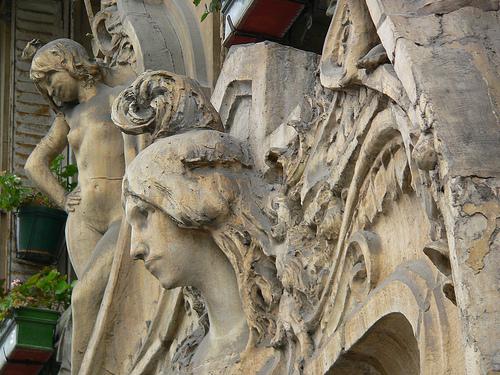 closeup-of-art-nouveau-building-in-Paris-1